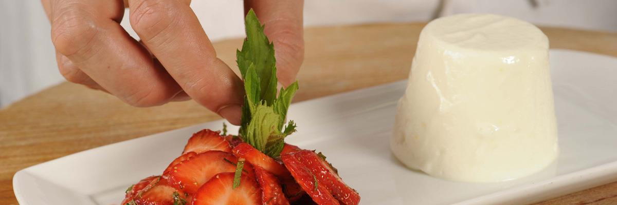 Mousse allo yogurt con fragole marinate alla menta
